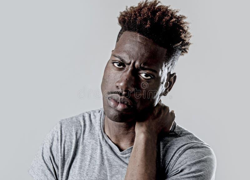 Hombre negro afroamericano atractivo joven en la expresión triste y cansada de la cara que parece agotada imágenes de archivo libres de regalías