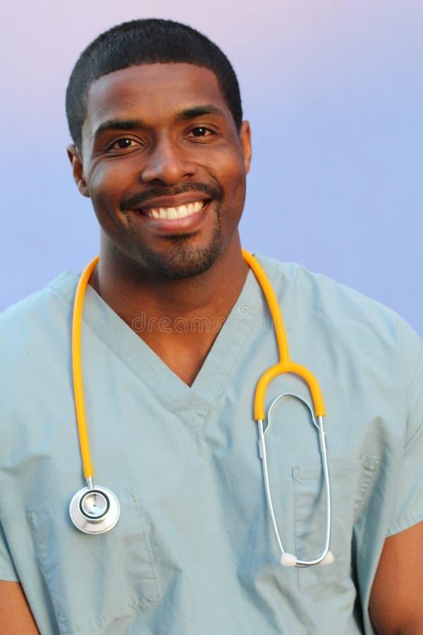 Hombre negro afroamericano del doctor aislado en fondo azul imagen de archivo libre de regalías