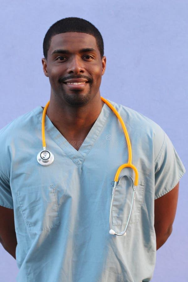 Hombre negro afroamericano del doctor en fondo azul fotos de archivo