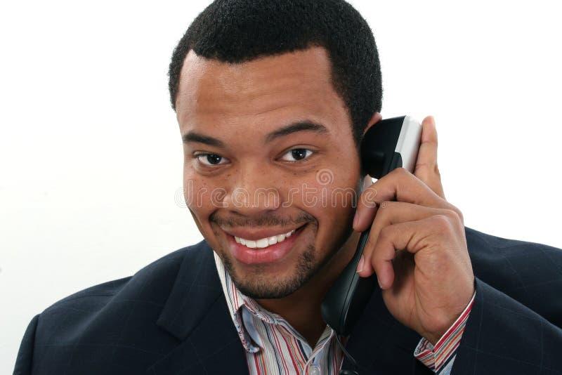 Hombre negro con el móvil foto de archivo