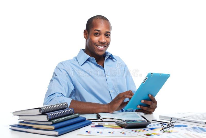 Hombre negro con la tableta imágenes de archivo libres de regalías