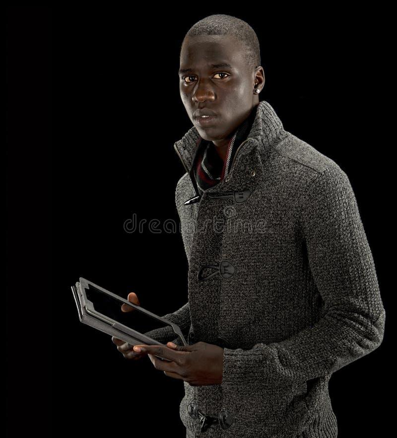 Hombre negro con una tablilla fotografía de archivo