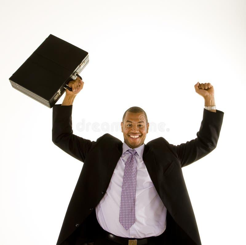 Hombre negro en el juego que levanta el puño y la cartera foto de archivo