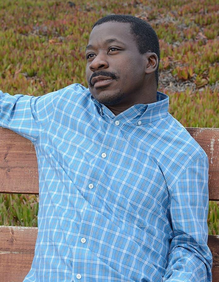 Hombre negro en la costa de California foto de archivo libre de regalías