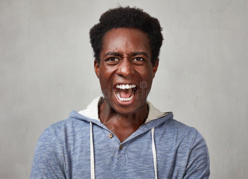 Hombre negro enojado imagenes de archivo