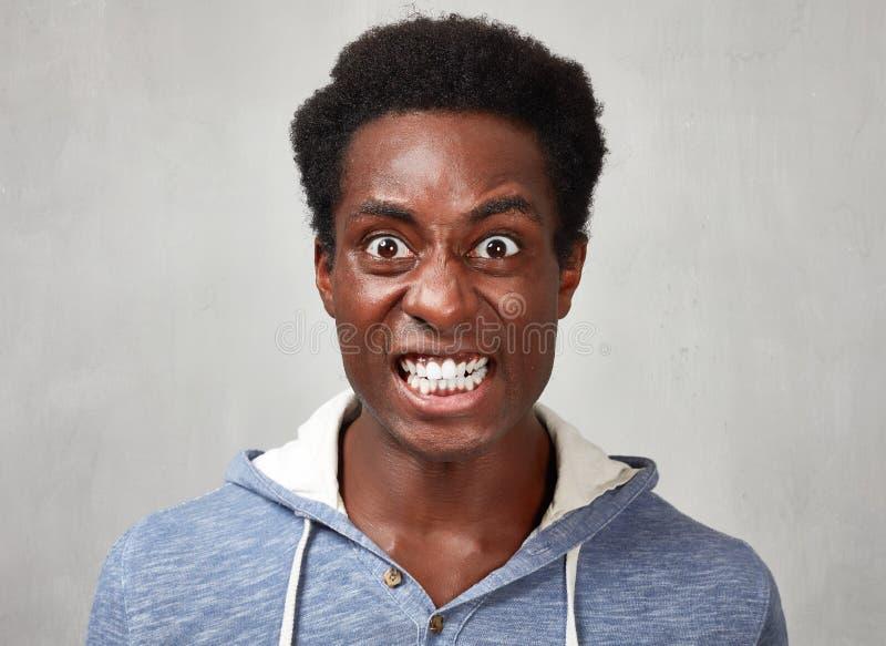 Hombre negro enojado imagen de archivo