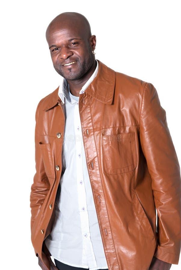 Hombre negro hermoso con la chaqueta de cuero aislada fotos de archivo libres de regalías