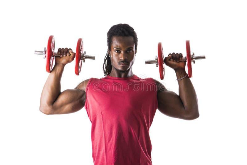 Hombre negro joven atractivo muscular que ejercita el bíceps imágenes de archivo libres de regalías