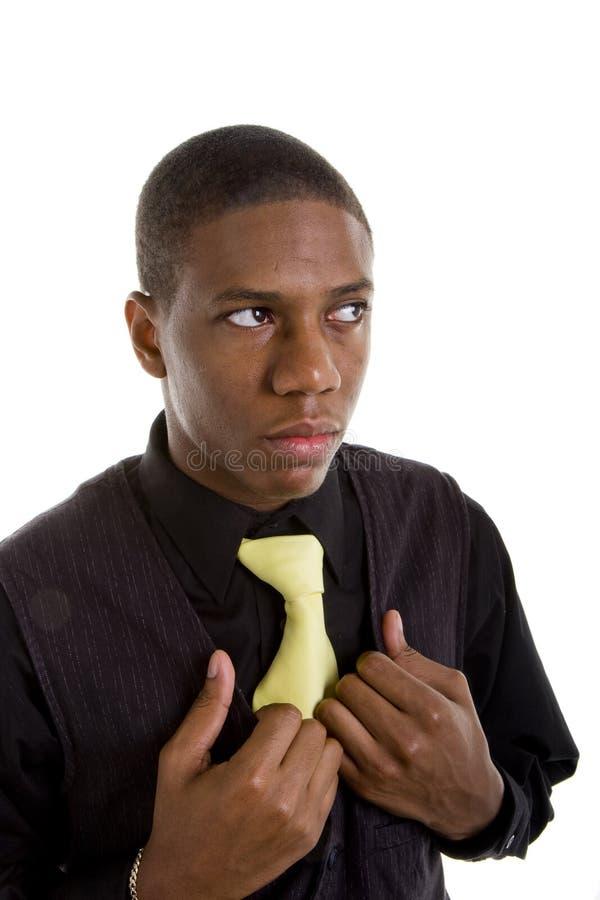 Hombre Negro Joven En Manos Amarillas Del Lazo En El Chaleco Imágenes de archivo libres de regalías