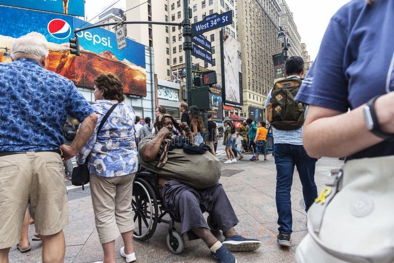 Hombre negro pobre en una silla de ruedas en New York City, los E.E.U.U. imagenes de archivo