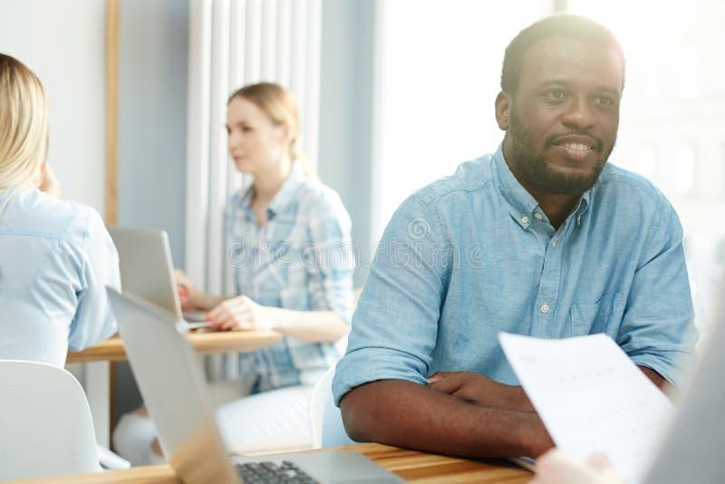 Hombre negro que escucha el colega imágenes de archivo libres de regalías