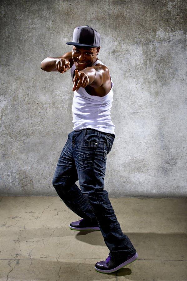 Hombre negro que realiza coreografía de la danza de Hip Hop imagenes de archivo