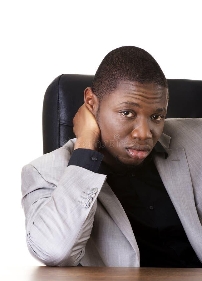 Hombre negro que se sienta en el trabajo foto de archivo libre de regalías