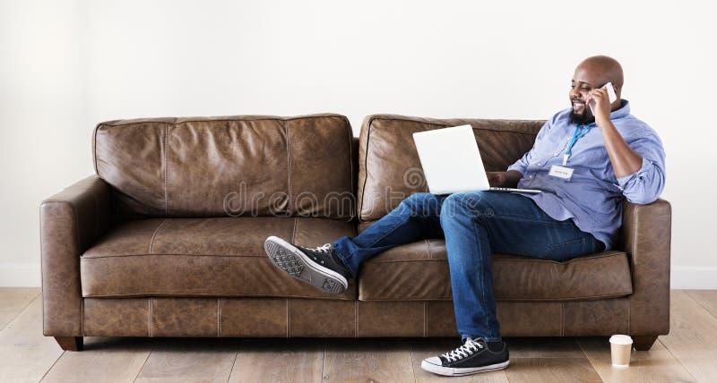 Hombre negro que trabaja en el ordenador portátil imágenes de archivo libres de regalías