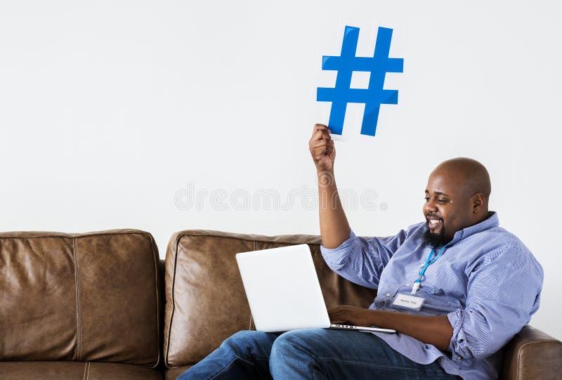 Hombre negro que trabaja en el ordenador portátil imagen de archivo libre de regalías
