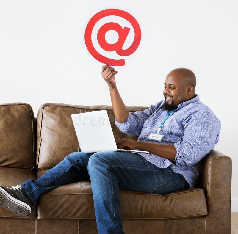 Hombre negro que trabaja en el ordenador portátil fotografía de archivo libre de regalías