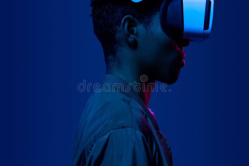 Hombre negro serio en auriculares de VR imagen de archivo libre de regalías
