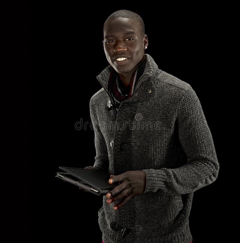 Hombre negro sonriente con una tablilla imágenes de archivo libres de regalías