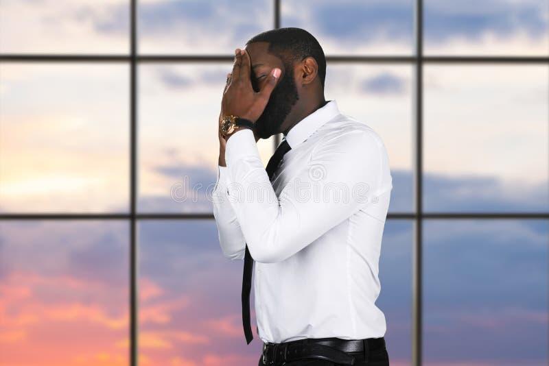 Hombre negro trastornado con el teléfono móvil fotos de archivo libres de regalías