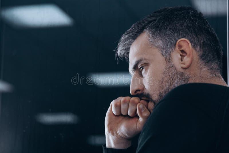 Hombre nervioso en centro de rehabilitación fotos de archivo