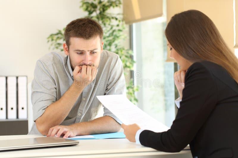 Hombre nervioso en una entrevista de trabajo fotografía de archivo libre de regalías