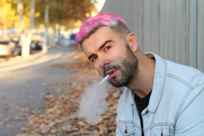 Hombre nervioso punky con hábitos malsanos imágenes de archivo libres de regalías