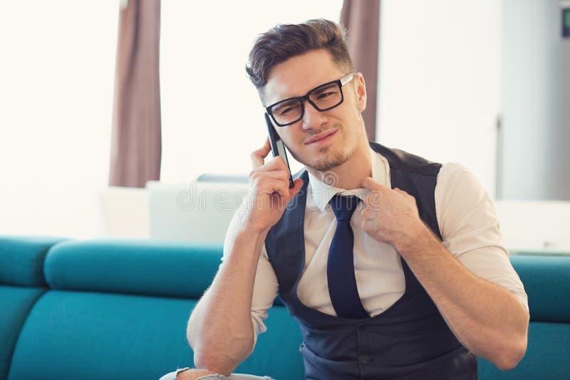 Hombre nervioso que habla en el teléfono imagen de archivo