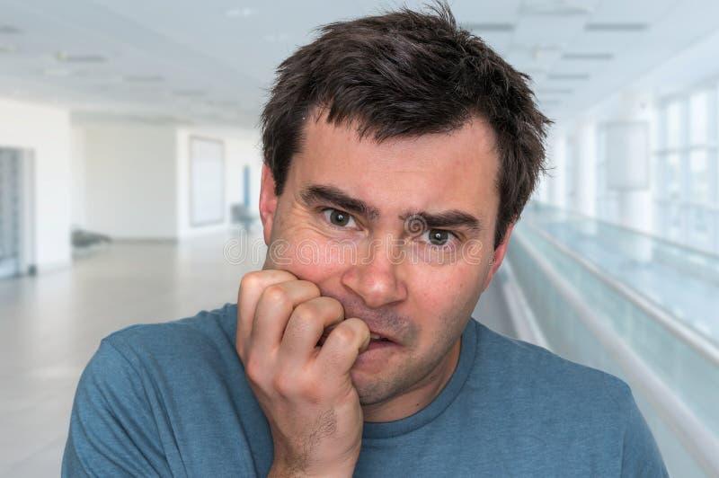 Hombre nervioso que muerde sus clavos - ataque de nervios imágenes de archivo libres de regalías