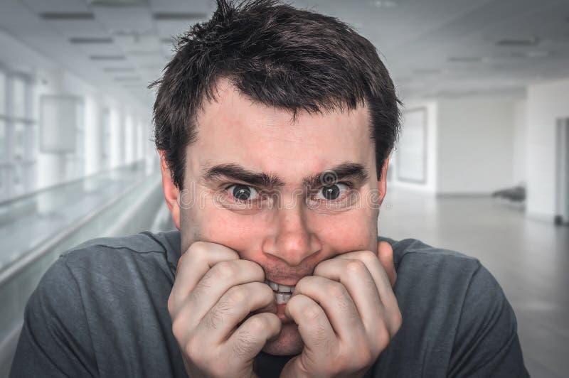 Hombre nervioso que muerde sus clavos - ataque de nervios fotos de archivo
