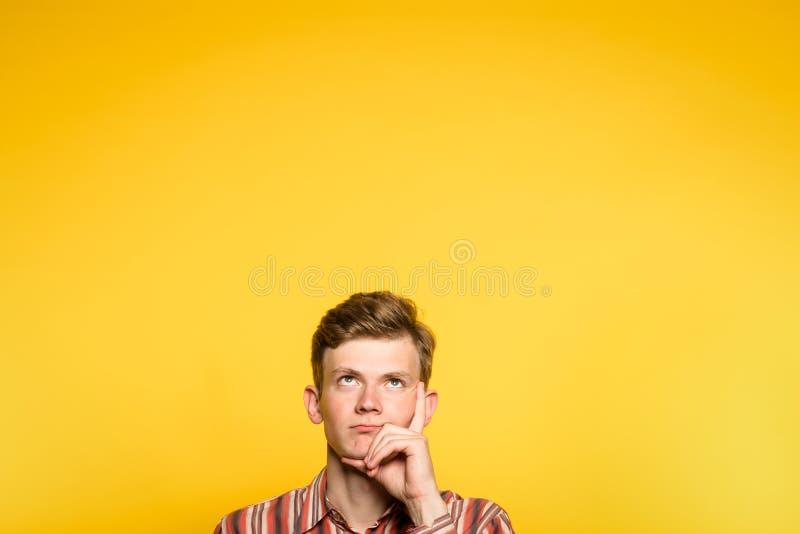 Hombre no impresionado pensativo pensativo que mira para arriba imagen de archivo