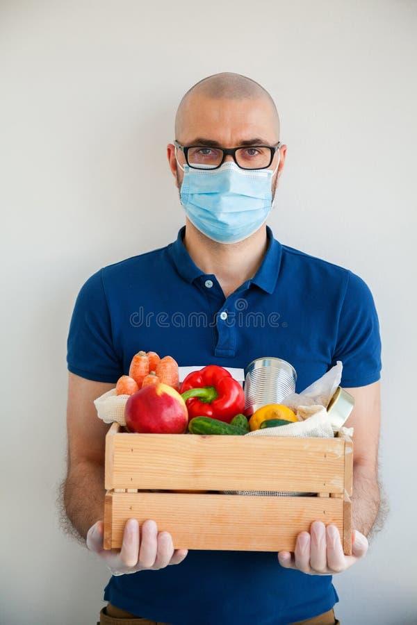 Hombre nutritivo con caja de alimentos imagen de archivo libre de regalías