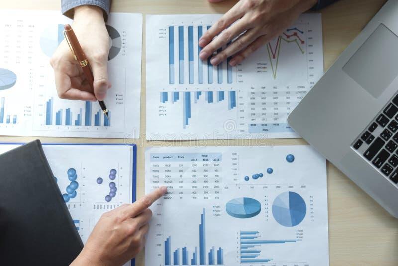 Hombre o contable de negocios dos que trabaja la inversión financiera, wri fotografía de archivo libre de regalías