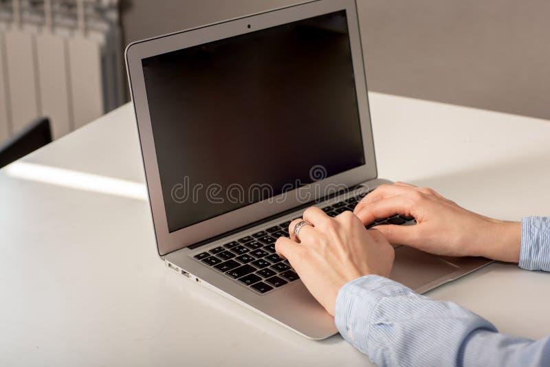 Hombre o contable de negocios que trabaja en el ordenador port?til con el documento de negocio fotos de archivo
