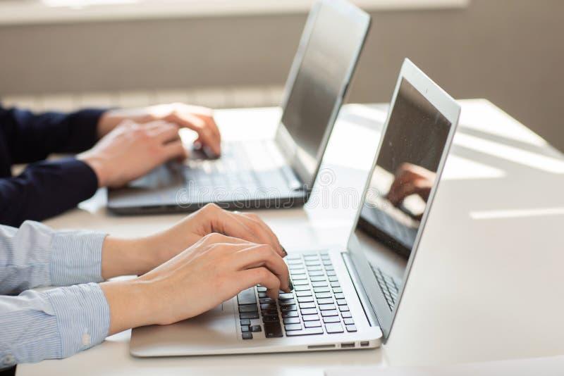 Hombre o contable de negocios que trabaja en el ordenador port?til con el documento de negocio foto de archivo