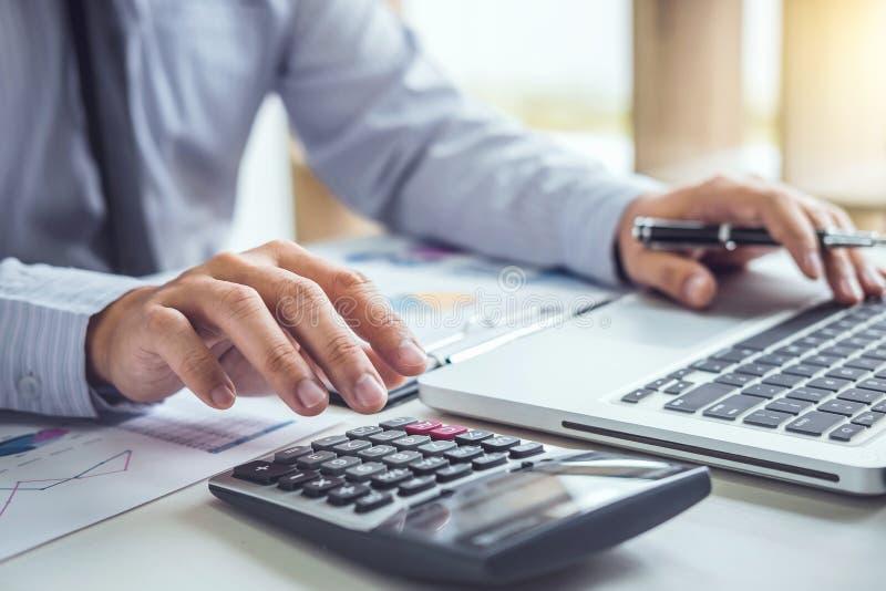 Hombre o contable de negocios que trabaja la inversión financiera en calcu fotos de archivo