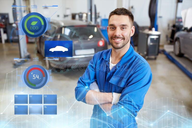 Hombre o forjador feliz del mecánico de automóviles en el taller del coche fotografía de archivo