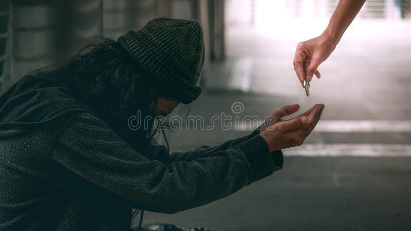 Hombre o refugiado sin hogar pobre que se sienta encendido en el piso sucio fotos de archivo libres de regalías