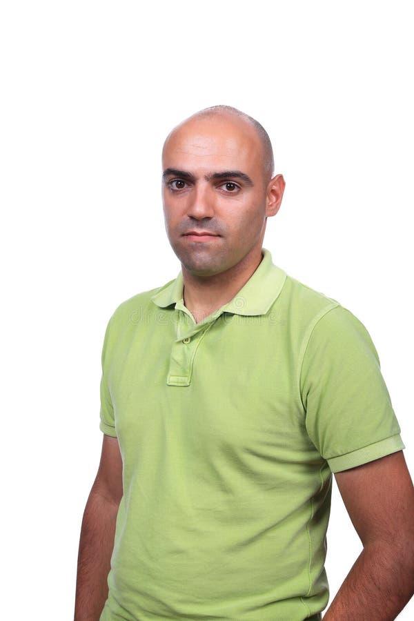 Hombre ocasional con la camisa de polo verde imagen de archivo