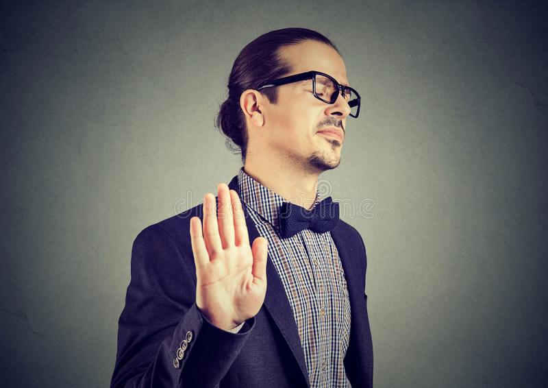 Hombre ofendido que da parando gesto imagen de archivo libre de regalías