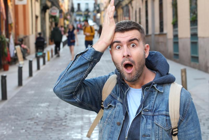 Hombre olvidadizo que camina en la ciudad fotografía de archivo libre de regalías