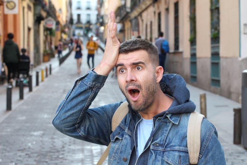 Hombre olvidadizo que camina en la ciudad imagenes de archivo