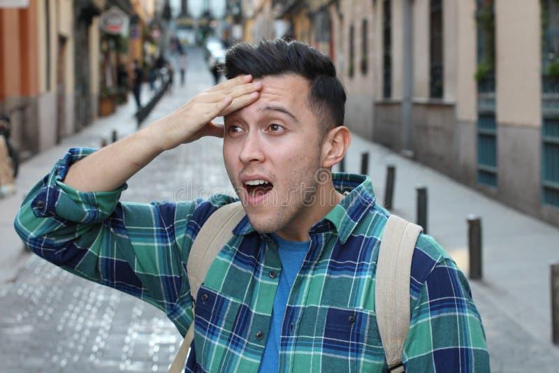 Hombre olvidadizo que camina en la ciudad foto de archivo libre de regalías