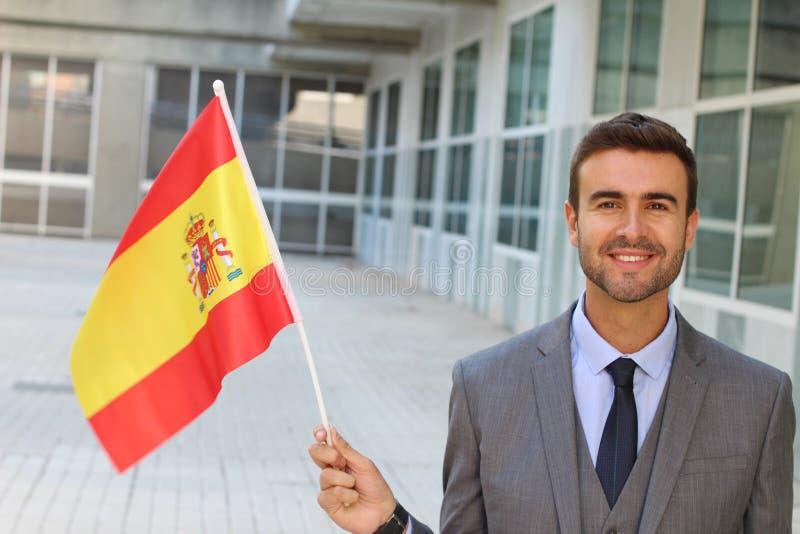 Hombre orgulloso que agita la bandera española imagen de archivo