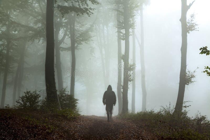 Hombre oscuro espeluznante en el bosque imagenes de archivo