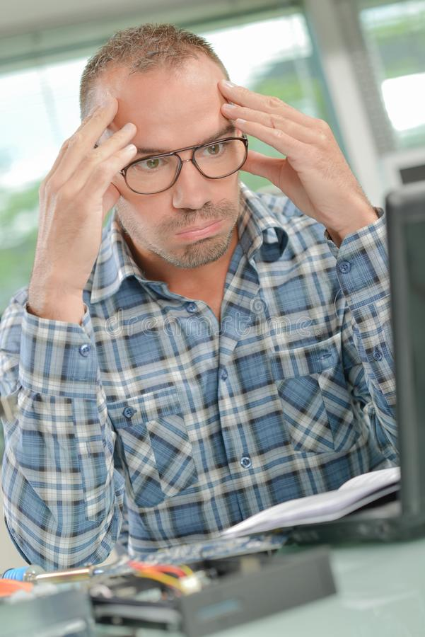 Hombre pasmado en el ordenador imagenes de archivo
