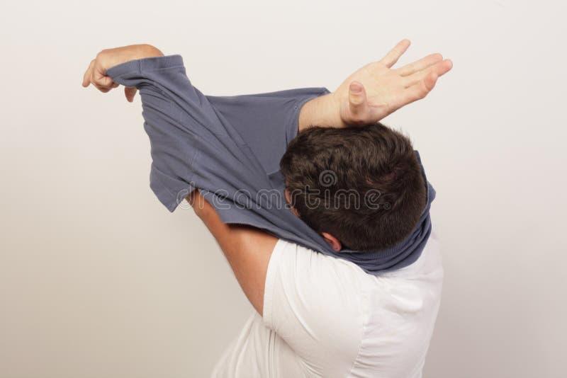 Hombre pegado en su camisa imágenes de archivo libres de regalías