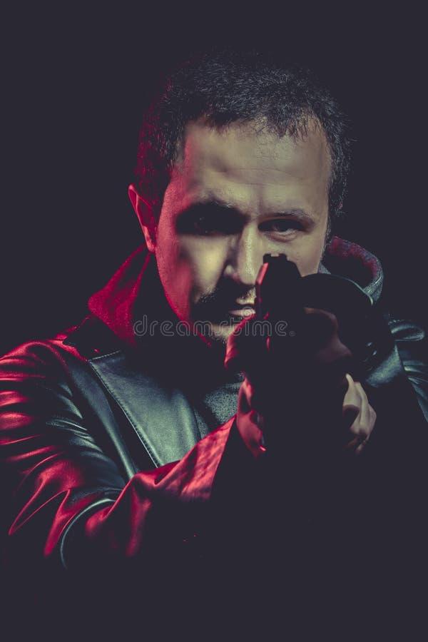 Download Hombre Peligroso Con Un Arma, Tirando Imagen de archivo - Imagen de robo, pistola: 44852999