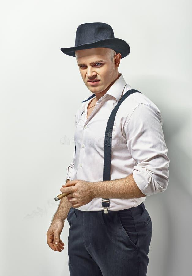 Hombre peligroso en ropa del gángster fotografía de archivo