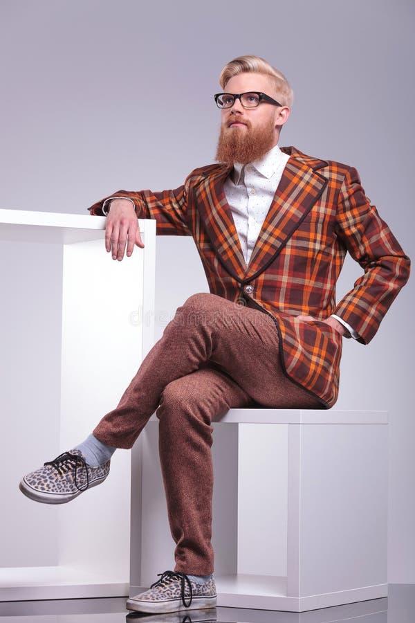 Hombre pensativo de la moda con la barba larga fotografía de archivo libre de regalías