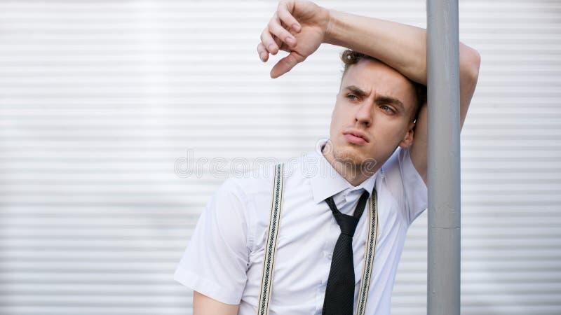 Hombre pensativo del inconformista del estilo de la moda corporativa de la oficina foto de archivo